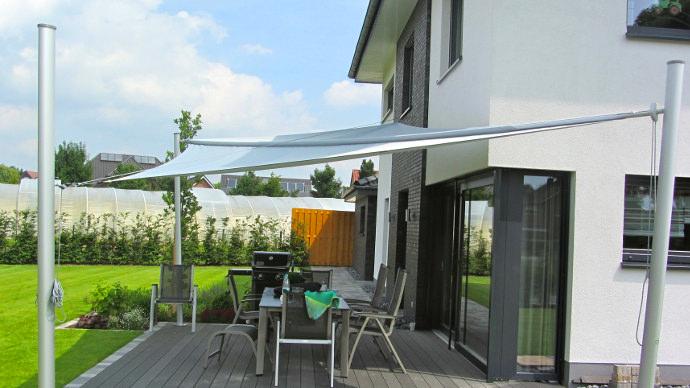 aufrollbares Marken Sonnensegel über einer Terrasse in maritimer Aluminium Ausführung