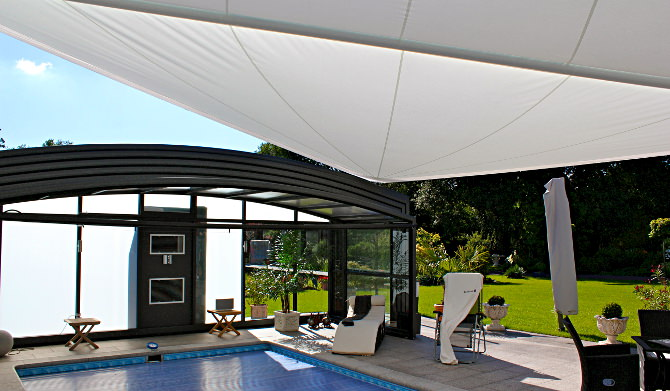 Automatisches aufrollbares Sonnensegel als Regen-, Sicht-, und Sonnenschutz
