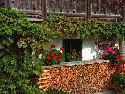 Kreative Gartendeko: Brennholzstapel