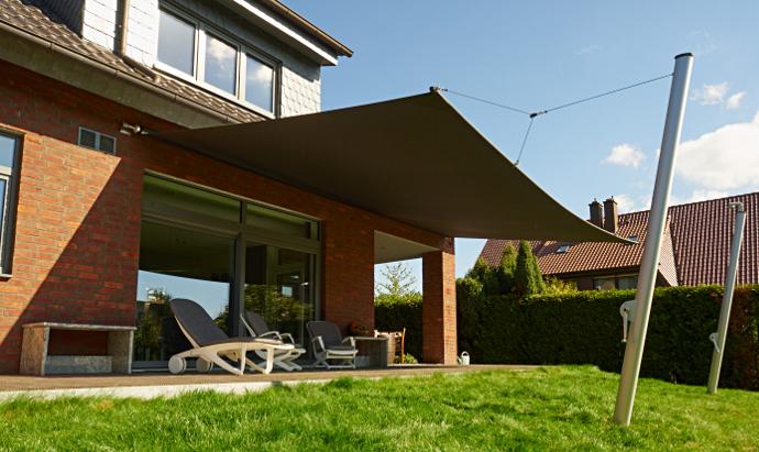 Sonnensegel-Markise in elektrisch aufrollbar an einer Terrasse