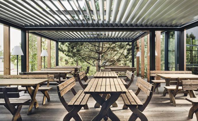 Untersicht unter ein Lamellendach an einem Holzhaus, Gaststätte