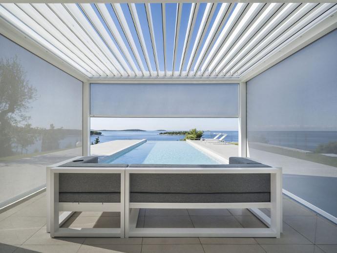 Lamellenüberdachung am Pool mit geöffnetem Lamellendach