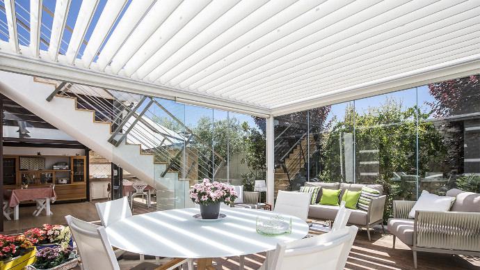 Untersicht unter ein Lammellendach als terrassenüberdachung