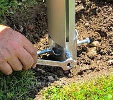 Befestigung des Sonnensegel Pylons per Schraubfundament im Erdreich