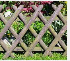 Beim Jägerzaun sind die Latten längs angeordnet, so dass ein Muster entsteht.