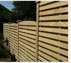 Sichtschutzzaun aus Holz als Alternative zur herkömmlichen Mauer