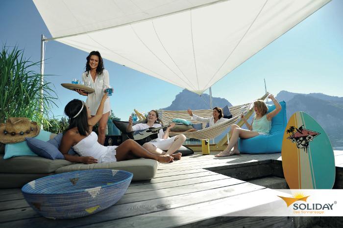 Soliday M Sonnensegel - an einem See installiert mit feierenden Gästen