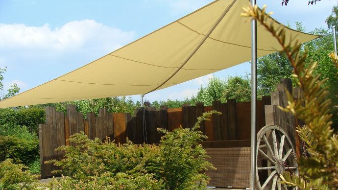 Sonnensegel aufrollbar wasserdicht über Garten Lounge von Pina Design