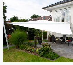 Sonnensegel automatisch aufrollbar auf einer Terrasse als Regen- und Sonnenschutz