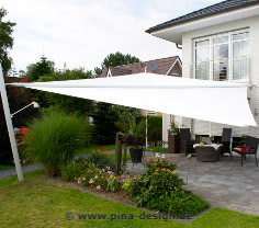 Sonnensegel elektrisch als Regen- und Sonnenschutz auf einer Terrasse