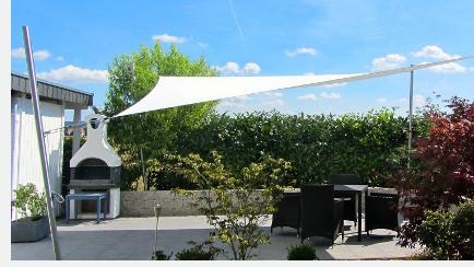 Freistehend installiertes Sonnensegel im garten