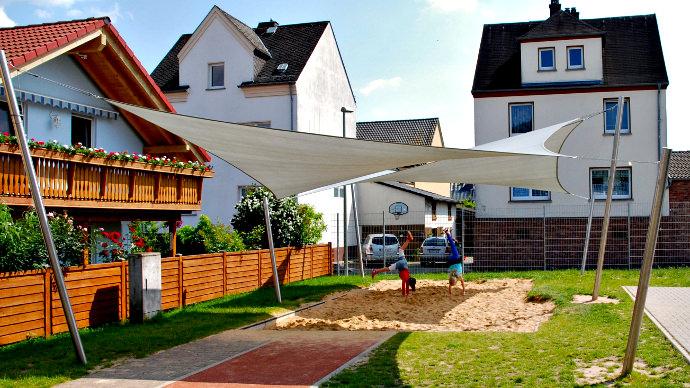 Sonnensegel in einer Grundschule hyperbolisch aufgebaut