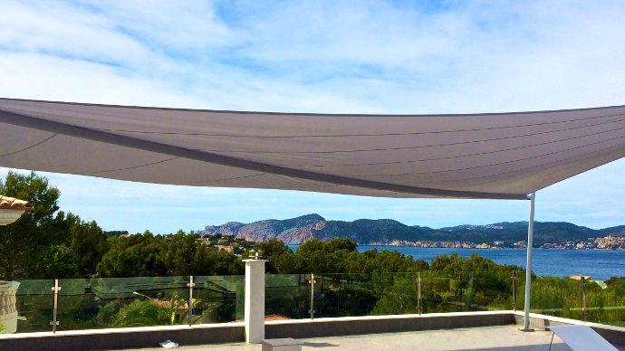 aufrollbares Sonnensegel auf einer Dachterrasse auf Mallorca