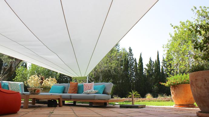 Untersicht eines elektrisch aufrollbarem Sonnensegel auf einer Terrasse auf Mallorca