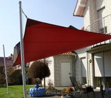 Sonnensegel nach Maß in wasserabweisend rot über Terrasse
