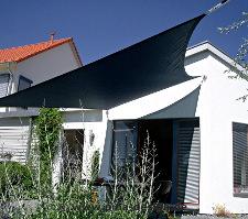 Sonnensegel nach Maß in wasserdurchlässig blau über Terrasse
