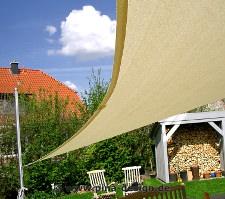 Sonnensegel nach Maß in luftdurchlässig elfenbein im Garten
