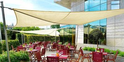 Sonnensegel rollbar auf der Terrasse des Hyatt Hotels in Warschau