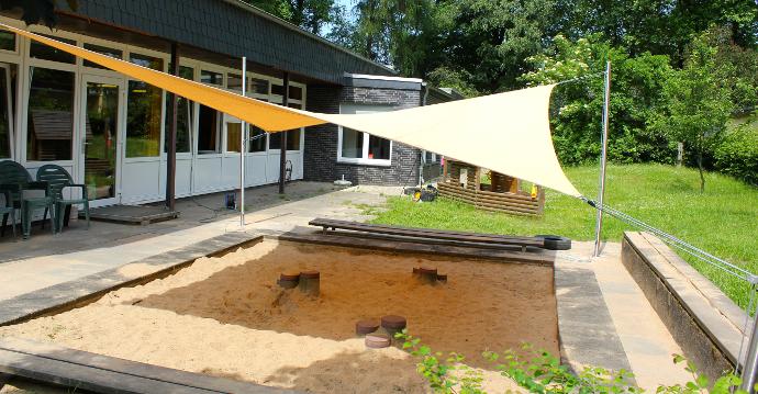 Sonnensegel in gelb über Sandkasten