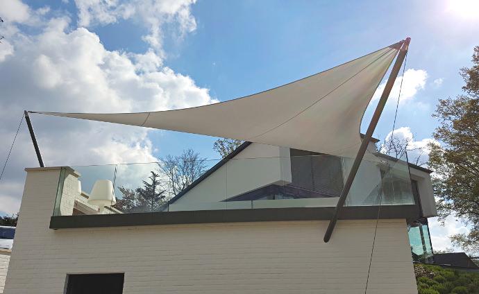 Sonnensegel, textiles Bauen über einer Hochterrasse