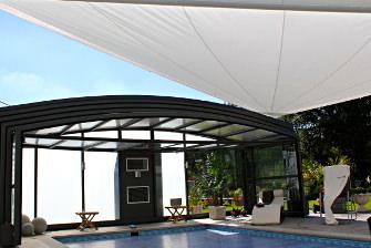 Sonnensegel über einem Pool - der großflächige Regen- und Sonnenschutz mit hoher Flexibilität