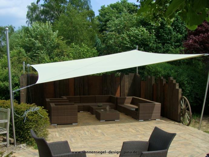 Sonnensegel aufrollbar in manuell auf einer Gartenterrasse