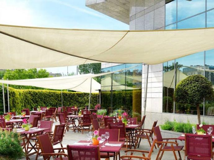 Sonnensegel aufrollbar in manuell für das Hyatt Hotel Warschau