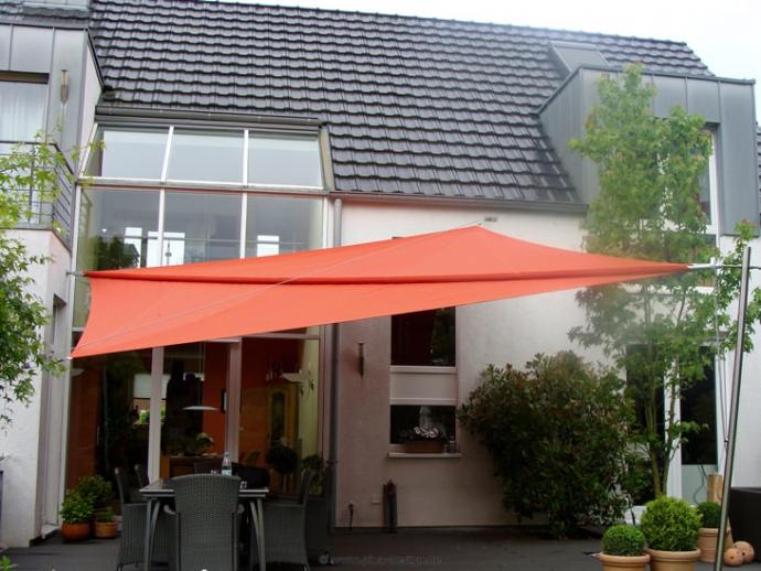 Sonnensegel manuell aufrollbar auf einer Terrasse in Mettmann