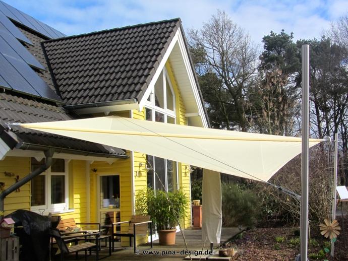 Sonnensegel manuell Osterholz 2M / 2W II. in elfenbein vor gelben Haus