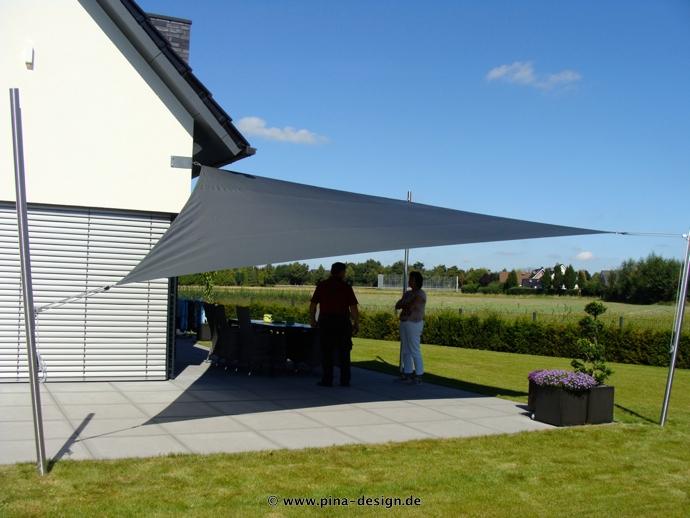 Sonnensegel manuell Steinfurt 3M / 1W II. anthrazites Segel vor einem Haus