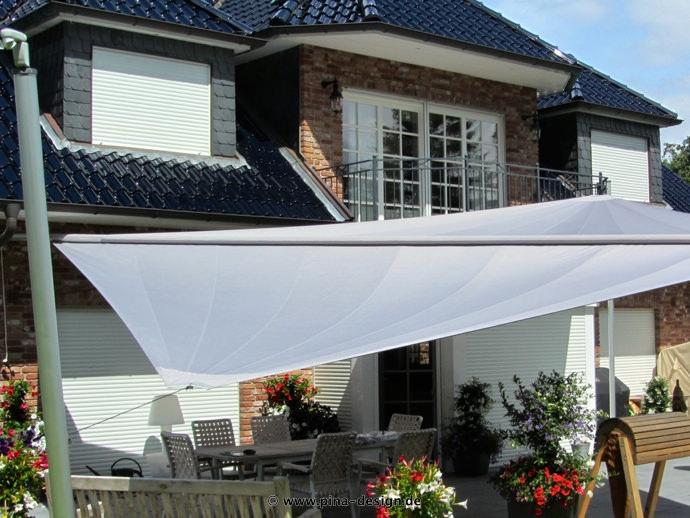 Sonnensegel elektrisch Trittau 3M / 1W II. graues Segel vor einem Haus