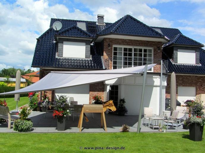 Sonnensegel elektrisch Trittau 3M / 1W I. graues Segel vor einem Haus