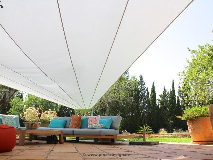 Mallorca - Untersicht elektrisches Sonnensegel mit grauem Segeltuch vor Finca