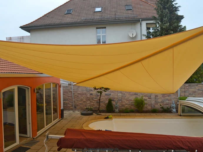 Halberstadt. – Sonnensegel über Pool Anlage