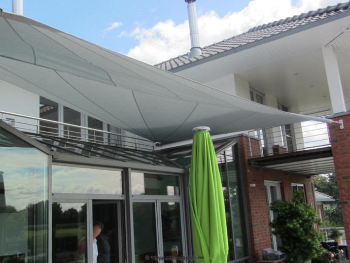 Seitenansicht  Harsewinkel - Sonnensegel über Terrasse und Wintergarten