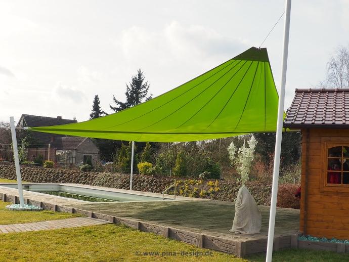 Sonnensegel elektrisch mit weißen Masten über Pool/ Gartenterrasse