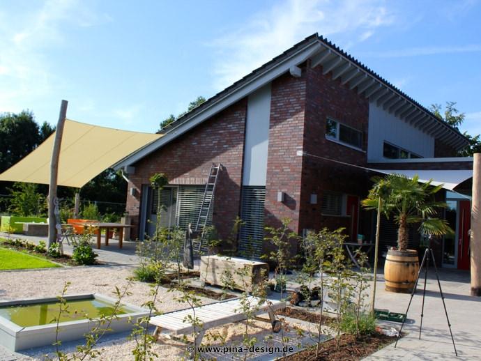 2 Sonnensegel feststehend Drensteinfurt 3M / 1W & 1M / 2W I. in champagner und weiß vor einem Haus