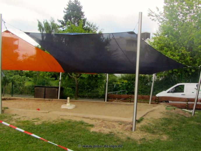 2 Sonnensegel feststehend Korbach 4M I. oranges und blaues Segel über einen Sandkasten