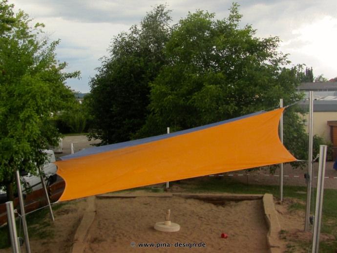 2 Sonnensegel feststehend Korbach 4M II. oranges und blaues Segel über einen Sandkasten