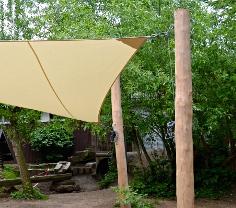 Holzpfosten aus Robinie zur Befestigung von Sonnensegeln