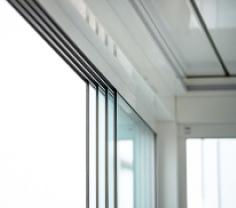 Seitenverglasung mit Schiebe-Dreh-System für Lamellendächer