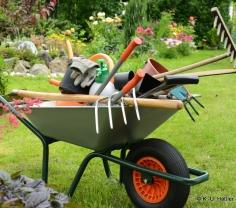 Verschiedene Gartengeräte in einer Schubkarre