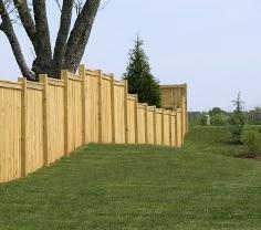 Großer und langer Sichtschutzzaun als Blickschutz für den Garten