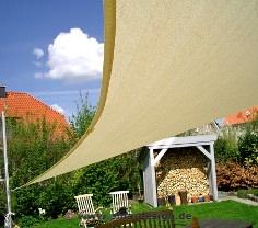 Sonnensegel wasserdurchlässig an einem höhenverstellbarem Masten im Garten montiert