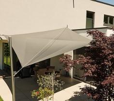 Sonnensegel aufrollbar in manuell auf einer Terrasse