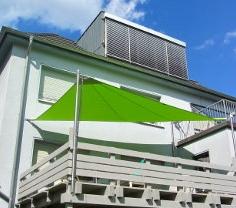 Sonnensegel auf einem Balkon mit Wandhalterungen befestigt