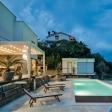 Lamellendach auf Hausterrasse vor einem Pool