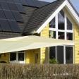 Sonnensegel manuell Osterholz 2M / 2W I. in elfenbein vor gelben Haus
