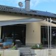2 Sonnensegel manuell Overath 2M / 2W anthrazite Segel vor einem Haus
