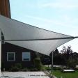 Sonnensegel manuell Uetze 2M / 2W II. anthrazites Segel vor einem Haus